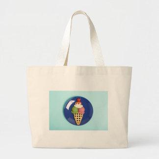 helado delicioso servido en la placa azul bolsa tela grande