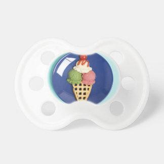 helado delicioso servido en la placa azul chupetes de bebé