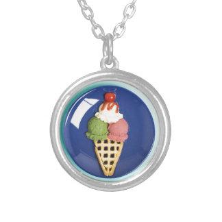 helado delicioso servido en la placa azul colgante redondo