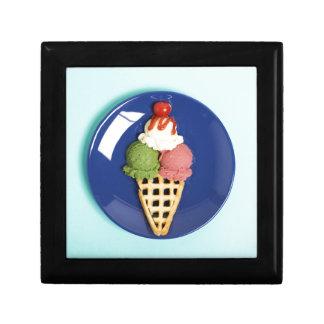 helado delicioso servido en la placa azul joyero cuadrado pequeño