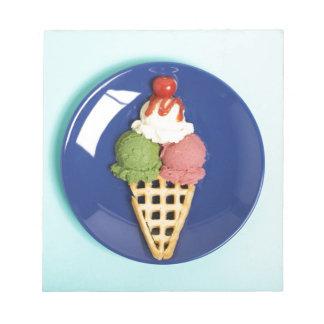 helado delicioso servido en la placa azul libretas para notas