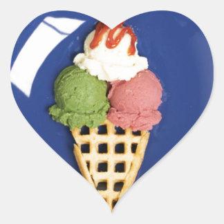 helado delicioso servido en la placa azul pegatina en forma de corazón