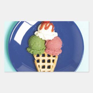 helado delicioso servido en la placa azul pegatina rectangular