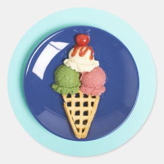 helado delicioso servido en la placa azul pegatina redonda