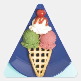 helado delicioso servido en la placa azul pegatina triangular