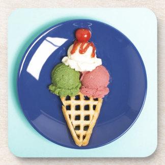 helado delicioso servido en la placa azul posavasos de bebidas