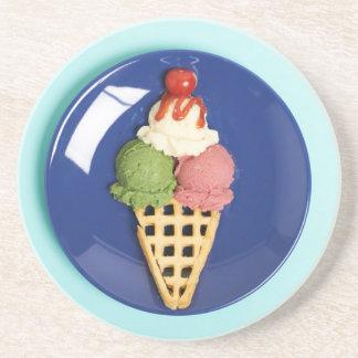 helado delicioso servido en la placa azul posavasos manualidades