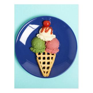 helado delicioso servido en la placa azul postal