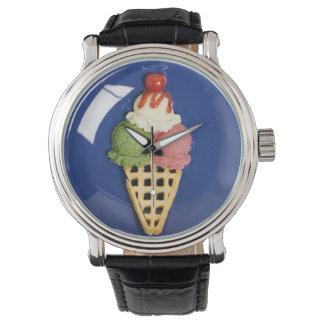 helado delicioso servido en la placa azul reloj de mano