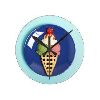 helado delicioso servido en la placa azul reloj redondo mediano