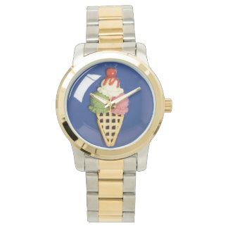 helado delicioso servido en la placa azul relojes de pulsera