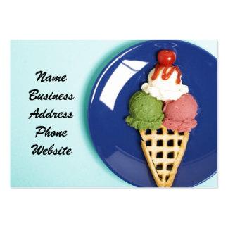 helado delicioso servido en la placa azul tarjetas de visita grandes