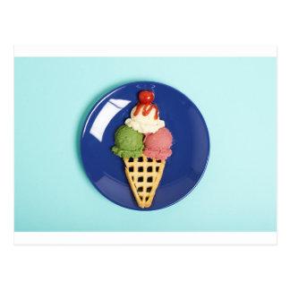 helado delicioso servido en la placa azul tarjeta postal
