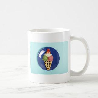 helado delicioso servido en la placa azul taza clásica