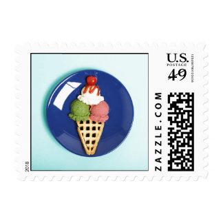helado delicioso servido en la placa azul timbres postales