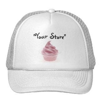 Helado rosado del yogur gorro de camionero