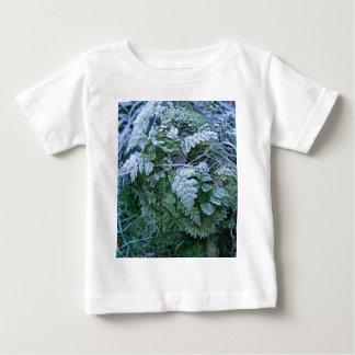 Helecho congelado en una camiseta del niño del