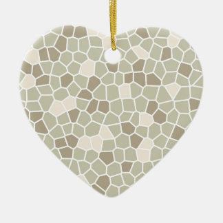 Helecho suave, almendra enmelada y gris de adorno navideño de cerámica en forma de corazón