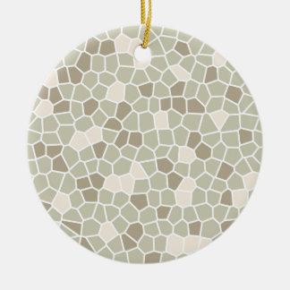 Helecho suave, almendra enmelada y gris de adorno navideño redondo de cerámica