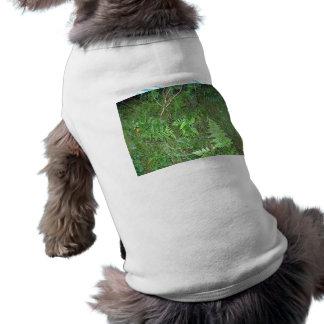 Helecho verde floral en hierba camisetas de perrito