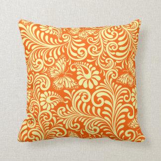Helechos de oro pálidos en la mandarina cojin