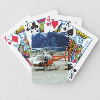 Helicóptero aterrizado encima de la montaña del barajas de cartas