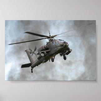Helicóptero de Apache en el humo Póster