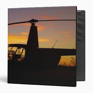 Helicóptero de Robinson R44 en la puesta del sol