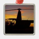 Helicóptero de Robinson R44 en la puesta del sol Ornamento De Navidad