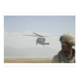 Helicóptero que coge a las tropas postal