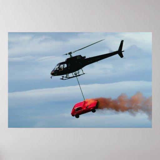 Helicóptero que transporta el vehículo ardiente póster