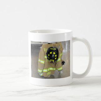 helmit y chaqueta del bombero taza