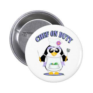 Hembra de servicio del pingüino del cocinero pin redondo de 2 pulgadas
