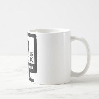 Hembra del chica del friki del ordenador taza de café
