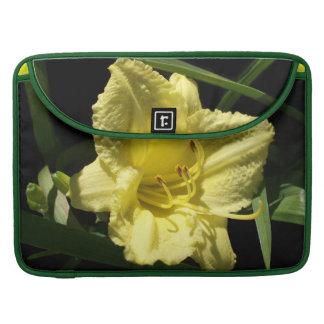 Hemerocallis amarillo de la flor del Daylily Funda Para Macbook Pro