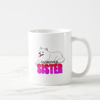Hermana del perro del samoyedo taza básica blanca