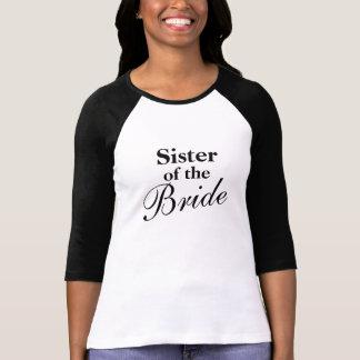 Hermana elegante de las camisetas de la novia