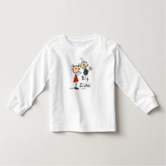 Hermana grande con las camisetas y los regalos de camisas