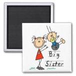 Hermana grande con las camisetas y los regalos de  imanes para frigoríficos