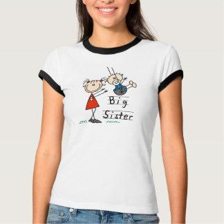Hermana grande con las camisetas y los regalos de playera