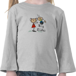 Hermana grande con las camisetas y los regalos de