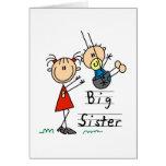 Hermana grande con las camisetas y los regalos de  tarjeta