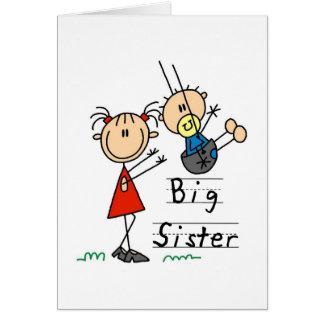 Hermana grande con las camisetas y los regalos de  tarjeta de felicitación