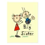 Hermana grande con las camisetas y los regalos de  postal