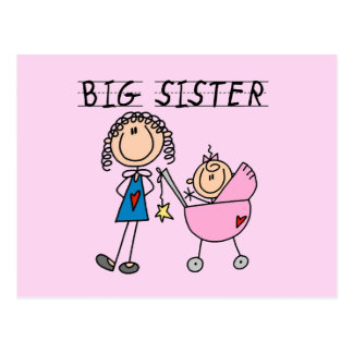 Hermana grande con las camisetas y los regalos de tarjeta postal