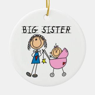 Hermana grande con los regalos de la pequeña adorno de reyes