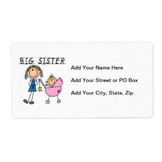 Hermana grande con los regalos de la pequeña etiquetas de envío