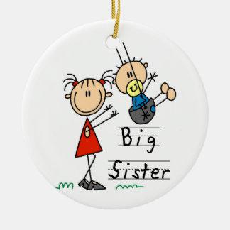 Hermana grande con los regalos de pequeño Brother Adorno Redondo De Cerámica