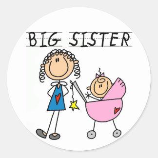Hermana grande con pocas camisetas del SIS Pegatina Redonda