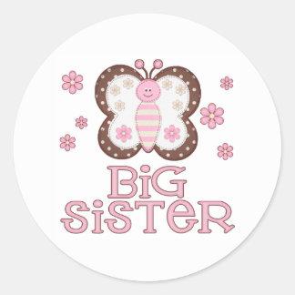 Hermana grande de la mariposa rosada etiqueta redonda